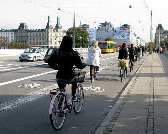 Kodaň. Po tomto moste v Kodani prejde denne 36 000 cyklistov. Šírku cyklopruhu preto zdvojnásobili. Video ako to funguje. Foto: www.copenhagenize.com