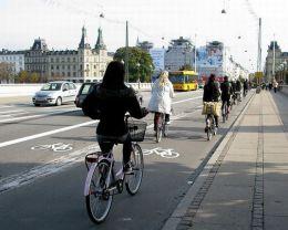 Obr 2. Bicyklová doprava v zahraničí. Pri dlhodobej podpore zo strany mesta dosahuje až  20–40% podiel na celkovej doprave.