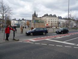 Kolín nad Rýnom. Predsadené státie cyklistov na križovatke. Foto: J. Semančík