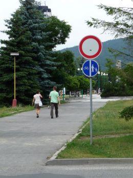 Nezmyselná značka pred kinom Mier. Označuje cestičku pre chodcov a cyklistov, kde je však zakázaný vjazd všetkým vozidlám, teda ja cyklistom.