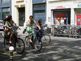 Paríž. Projekt verejných bicyklov Vélib' spôsobil v Paríži revolúciu a behom jediného roka si bicykel získal obrovskú popularitu. Foto: www.copenhagencyclechic.com