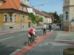 Uherské Hradiště. Červené zvýraznenie pruhu v križovatke. Foto: CDV Brno.